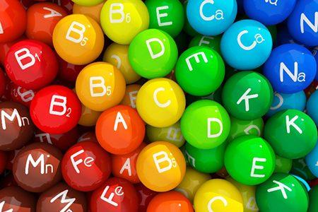 капсулы с надписями витаминов и минералов