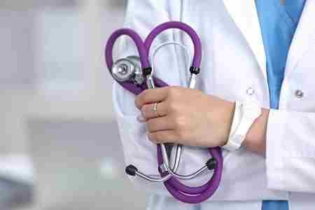 врач с стетоскопом