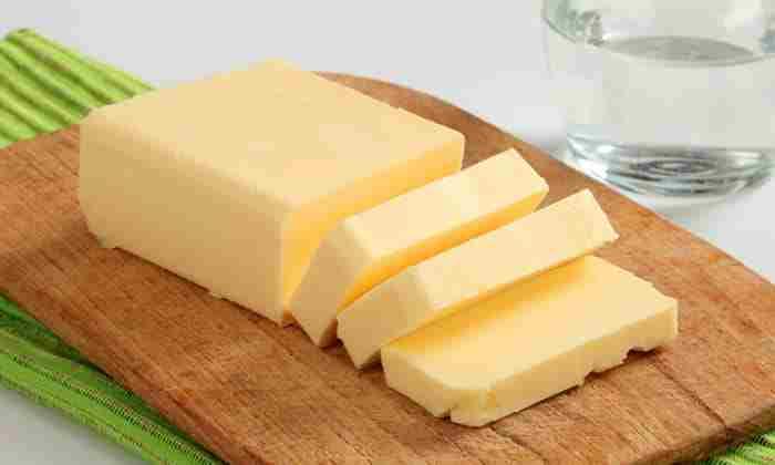 К желтку добавить 100 г сливочного масла