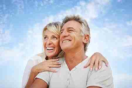 пожилые мужчина и женщина
